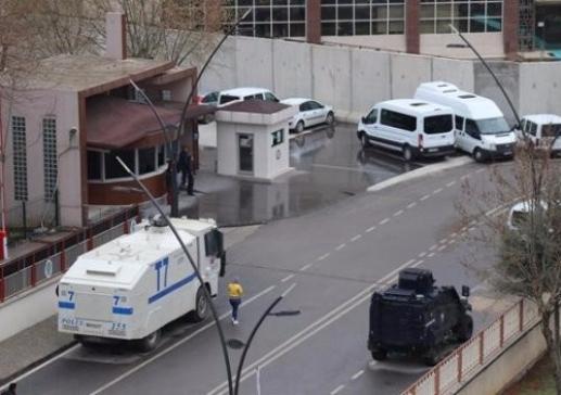 Emniyet binası önündeki kavgada 2 yaralı
